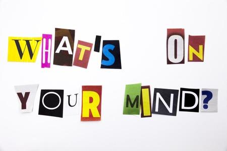 Un texto de la escritura de la palabra que muestra el concepto de la pregunta ¿Cuál es su mente hecha de la letra del periódico de la revista diferente para el caso de negocios en el fondo blanco con espacio