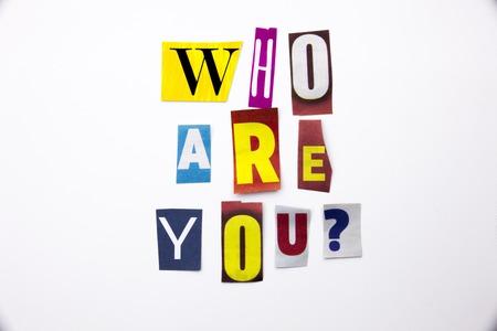 Un texto de escritura de palabra que muestra el concepto de ¿Quién eres hecho de carta de periódico de revista diferente para el caso de negocio en el fondo blanco con espacio