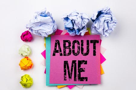 Criture de texte montrant A propos de moi écrit sur une note autocollante dans le bureau avec des boules de papier à vis. Banque d'images - 90318644