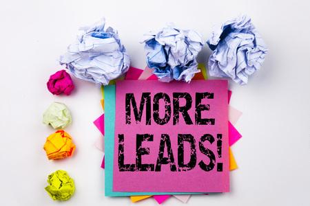 Escritura de texto que muestra más clientes potenciales escritos en nota adhesiva en oficina con las bolas de papel del tornillo. Concepto de negocio para obtener más clientes de marketing de consumo en el fondo blanco aislado.
