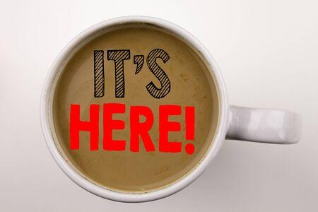 カップにコーヒーのテキストではここでの書き込みの単語。広告スペースの白い背景の上のビジネス コンセプトです。赤い word で黒のテキスト。