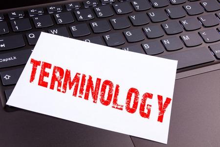 Crire un texte de terminologie dans le bureau, en gros plan, sur le clavier d'un ordinateur portable. Concept d'entreprise pour un atelier de terminologie légaliste médical sur le fond noir avec espace Banque d'images - 91967917