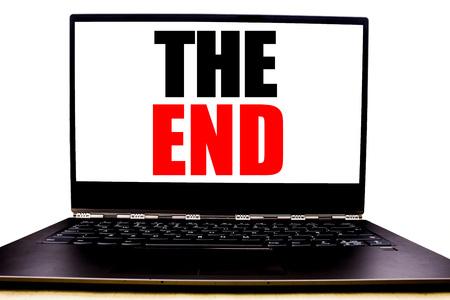 Texte manuscrit montrant la fin. Concept d'affaires écrit pour fin terminer fermer écrit sur l'écran avant du moniteur, fond blanc avec vue de l'espace. Banque d'images - 96167195