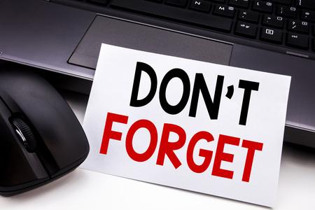 Begriffshandschrifttext-Titelinspirationsvertretung vergessen nicht. Geschäftskonzept für nicht Gedächtnis Remider geschrieben auf klebriges Briefpapier auf schwarzem Tastaturhintergrund. Standard-Bild
