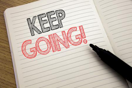 Testo dell'annuncio di scrittura a mano che mostra Keep Going. Concetto di business per andare avanti andare lasciando scritto sul taccuino con spazio sul fondo del libro con pennarello Archivio Fotografico - 96177213