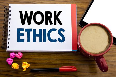 Texte manuscrit montrant l'éthique du travail. Concept d'affaires écrit les principes des avantages moraux écrits sur du papier bloc-notes, vieux fond en bois noir en vue de bureau avec stylo café et tablette Banque d'images
