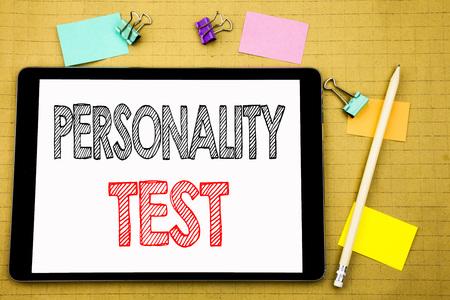 Word, écrit Test de personnalité. Concept d'entreprise pour l'évaluation de l'attitude écrite sur un ordinateur portable, fond en bois avec pense-bête et stylo Banque d'images - 96785225