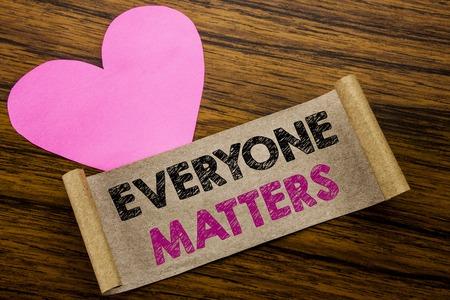 """Schreiben von Text, der """"Jeder ist wichtig"""" anzeigt. Geschäftskonzept für Gleichheits-Respekt geschrieben auf klebriges Briefpapier, hölzerner Hintergrund. Mit dem rosa Herzen, das Liebesanbetung bedeutet."""