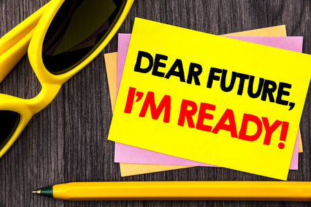 Conceptual hand text showing Dear Future, I Am Ready. Business photo showcasing Inspirational Motivational Plan Achievement Confidence written Stiky Note Paper with Pen the wood background. 免版税图像