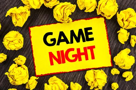 Texte d'annonce d'écriture Nuit du jeu. Divertissement photo conceptuelle Fun Play Time Event pour le jeu écrit jaune Stikcy Note papier plié le fond en bois Banque d'images - 96857789