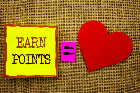 Handwriting text showing Earn Points. Business concept for Loyalty Reward Benefit Program For Earning Customer Point written Stiky Note Paper Meaning Love For the textured background Archivio Fotografico