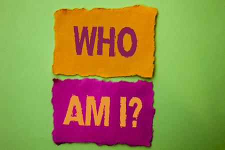 Testo della grafia Who Am I Question. Concetto significato Domanda Domanda Identità Pensiero Dubbio Psicologia Mistero scritto Lacrime sullo sfondo verde. Archivio Fotografico