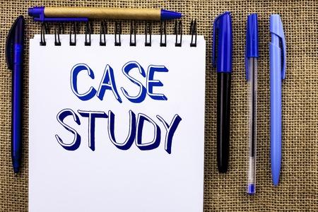 Schreibnotiz mit Fallstudie. Business-Foto präsentiert Research Information Analysis Beobachten Lernen Diskutieren Kriterien geschrieben Notebook Buchen Sie den Jute-Hintergrund Stifte daneben.