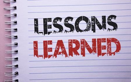 L'écriture de texte Word Leçons apprises. Concept d'entreprise pour les expériences qui devraient être prises en compte dans le futur cahier écrit. Banque d'images