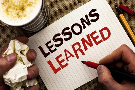 Écrit remarque montrant les leçons apprises. Photo d'affaires présentant des expériences qui devraient être prises en compte à l'avenir écrit par Man Holding Marker Notebook Book le fond de jute Banque d'images