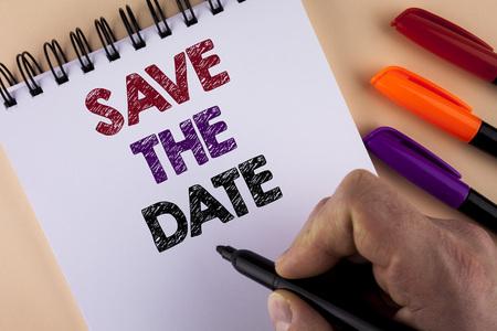 Woord schrijven tekst Save The Date. Businessconcept voor het goed organiseren van evenementen maakt de dag speciaal door organisatoren van evenementen geschreven door Man met Marker Notepad de effen achtergrond Markers ernaast