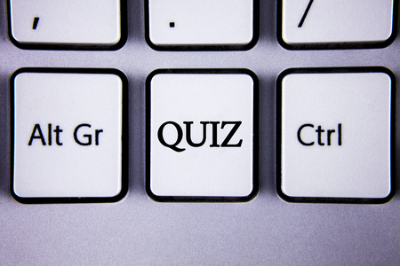 Text sign showing Quiz. Conceptual photo Short Tests Evaluation Examination to quantify your knowledge written White Keyboard Key with copy space. Top view. Stockfoto