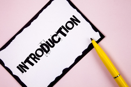 Handwriting text Introduction. Concept meaning First part of a document Formal presentation to an audience written White Sticky note paper plain Pink background Pen next to it. Stockfoto