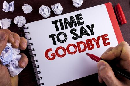 さよならを言う時間を示す概念的な手書き。ビジネス写真のテキスト分離の瞬間離脱別れ別れの願いは、マンメモ帳木製の背景マーカー紙ボールに