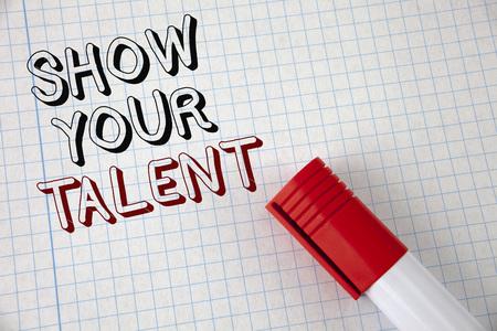 手書きテキスト あなたの才能を表示します。概念の意味 個人的なスキル能力の知識の適性の隣にノート紙のマーカーを書いた能力を実証します。上