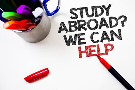 Signe texte montrant l'étude à l'étranger Question que nous pouvons vous aider. Photo conceptuelle aller à l'étranger terminer vos études Pen fond blanc ombre grise temple important belle idée de message
