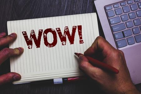 Word tekst intoetsen Wow motiverende oproep. Bedrijfsconcept voor expressie van iemand sprakeloos verbaasd dolblij Kladblok markeerstift ideeën gedachten laptop toetsenbord toets computer netbook