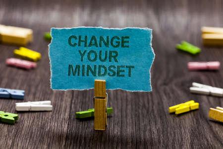 Signo de texto que muestra cambiar su mentalidad. Foto conceptual reemplace sus creencias forma de pensar ruta mental Clips símbolo idea script tablón de anuncios texto capital diseño de cartón