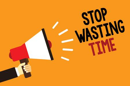 Handgeschreven tekst Stop met het verspillen van tijd. Begrip betekenis Organizing Management Schedule laten we het doen Start nu Symbool alarmerende waarschuwing aankondiging spreker signaal indicatie script