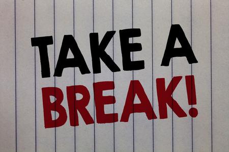 Handschrift Text schreiben Machen Sie eine Pause. Konzeptbedeutung Ausruhen Hören Sie auf, etwas Freizeit zu tun. Machen Sie keine Arbeit. Weißes vertikales Papier mit drei Wörtern und schwarzer und roter Farbe