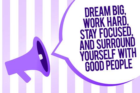 Schrijfbriefje met Droom groot, werk hard, blijf gefocust en omring jezelf met goede mensen. Zakelijke foto presentatie megafoon luidspreker paarse strepen belangrijk bericht tekstballon Stockfoto