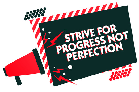 La grafia la scrittura di testo sforzarsi per il progresso non la perfezione. Concetto significato migliorare con flessibilità anticipo crescere megafono altoparlante cornice a strisce rosse messaggio importante parlando ad alta voce