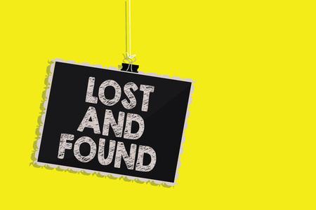 Escribir nota mostrando objetos perdidos y encontrados. Exhibición fotográfica de negocios Lugar donde puede encontrar cosas olvidadas Servicio de búsqueda Colgando pizarra mensaje comunicación signo fondo amarillo