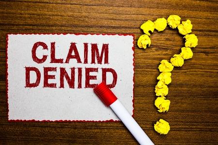 Textschild mit Anspruch abgelehnt. Konzeptfoto Die beantragte Erstattungszahlung für die Rechnung wurde abgelehnt. Weißer Papiermarker zerknitterte Papiere, die Fragezeichen aus Holz bilden