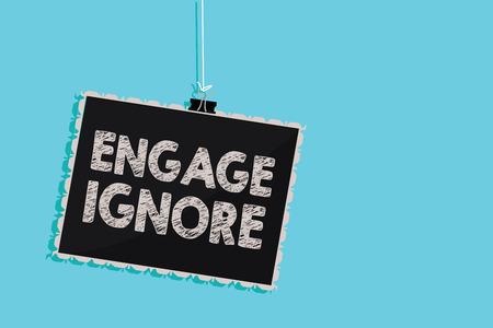 Conceptueel handschrift met 'Engage Ignore'. Zakelijke foto presentatie van stille behandeling manipulatieve straf mokkend mijden opknoping schoolbord bericht informatie teken blauwe achtergrond