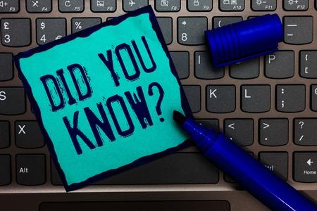 Word tekst intoetsen wist u vraag. Bedrijfsconcept voor leuke feiten en cijfers Informatie Algemene kennis Turkoois papier toetsenbord inspiratie communiceren idee berichten blauwe markeringen