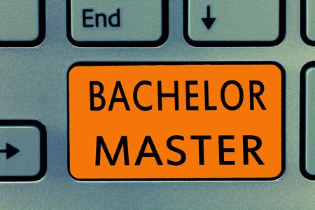 Escritura a mano conceptual mostrando Bachelor Master. Texto fotográfico de negocios Un título avanzado obtenido después de la licenciatura. Foto de archivo