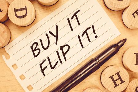 Tekst do pisania słów Kup to Odwróć to. Koncepcja biznesowa: Kup coś, napraw je, a następnie sprzedaj, aby uzyskać większy zysk. Zdjęcie Seryjne