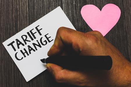 Handschrift Textschreiben Tarifänderung. Konzept Bedeutung Änderung des Imports Exportsteuern für Waren und Dienstleistungen Mann Hand hält Marker Weißbuch romantische Gefühle Holz Hintergrund