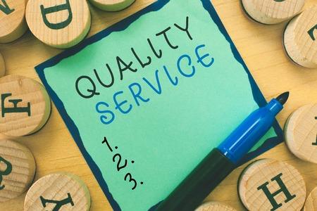 Schreiben einer Notiz, die den Qualitätsservice zeigt. Geschäftsfoto, das zeigt, wie gut der erbrachte Service den Kundenerwartungen entspricht.