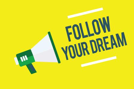Écrit remarque montrant suivez votre rêve. Photo d'affaires mettant en vedette Gardez une trace de vos objectifs Vivez la vie que vous voulez être mégaphone fond jaune message important parlant fort Banque d'images