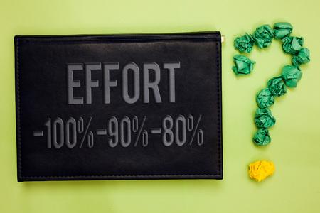 Parola di scrittura di testo Sforzo 100 90 80. Il concetto di business per il livello di determinazione disciplina motivazione verde indietro tavola nera con testo carta verde pallonetto forma punto interrogativo