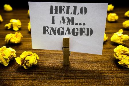 Segno di testo che mostra Hello I Am ... Engaged. Foto concettuale ha dato l'anello Stiamo per sposarci Wedding Paperclip grip pagina bianca con testo grigio pavimento legnoso prevista sfocata lob giallo Archivio Fotografico