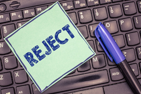 Writing note showing Reject. Imagens