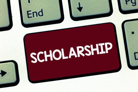 Beca de texto de escritura a mano. Concepto Significado subvención o pago realizado para apoyar el estudio académico de la educación. Foto de archivo