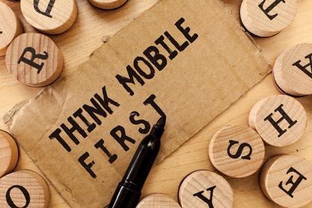 Escritura de texto escrito, Think Mobile First. Concepto Significado Dispositivo de mano fácil Contenidos accesibles las 24 horas o los 7 días de la semana.