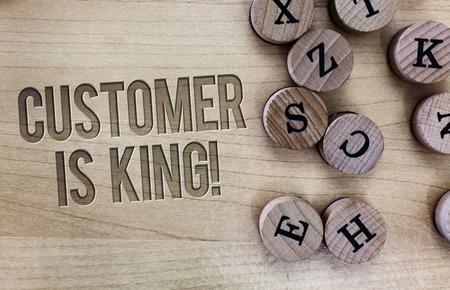 Escritura a mano conceptual que muestra que el cliente es el rey. Exhibición fotográfica de negocios Sirva con atención y satisfaga adecuadamente las necesidades con urgencia.