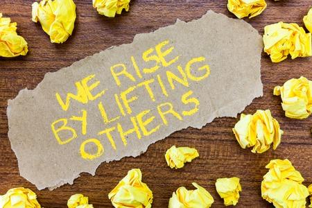 Word tekst intoetsen We stijgen door anderen op te heffen ... Bedrijfsconcept voor teamgeest voelen we ons overvloedig met mogelijkheid. Stockfoto