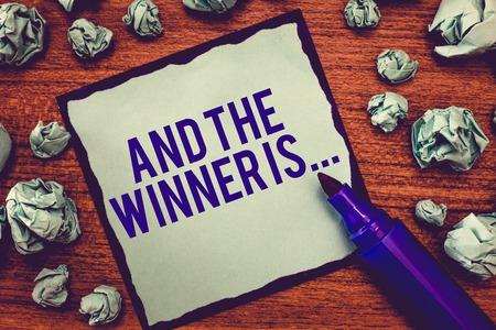 Escribir nota mostrando Y el ganador es .... Foto de negocios mostrando anunciando quién es el vencedor triunfador ejemplar.