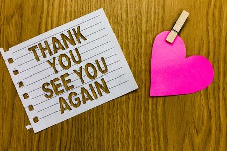 Conceptueel handschrift met bedankt tot ziens. Zakelijke foto presentatie waardering dankbaarheid bedankt ik kom snel terug Geel houtachtig dek woord met witte pagina paperclip grip hart