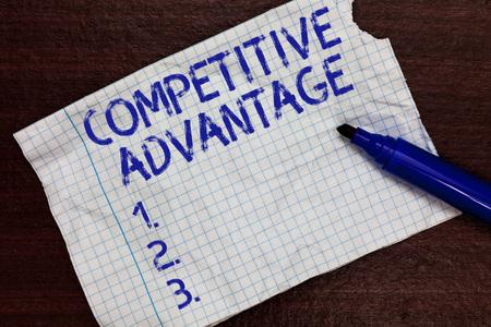 Escribir nota que muestra la ventaja competitiva. Foto de negocios mostrando la ventaja de la empresa sobre otra posición comercial favorable Marcadores de papel de cuaderno cuadrado Comunicando ideas Expresando sentimientos Foto de archivo